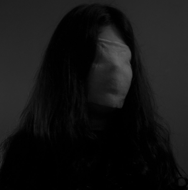 תמונה של ילדה עם כיסוי פנים