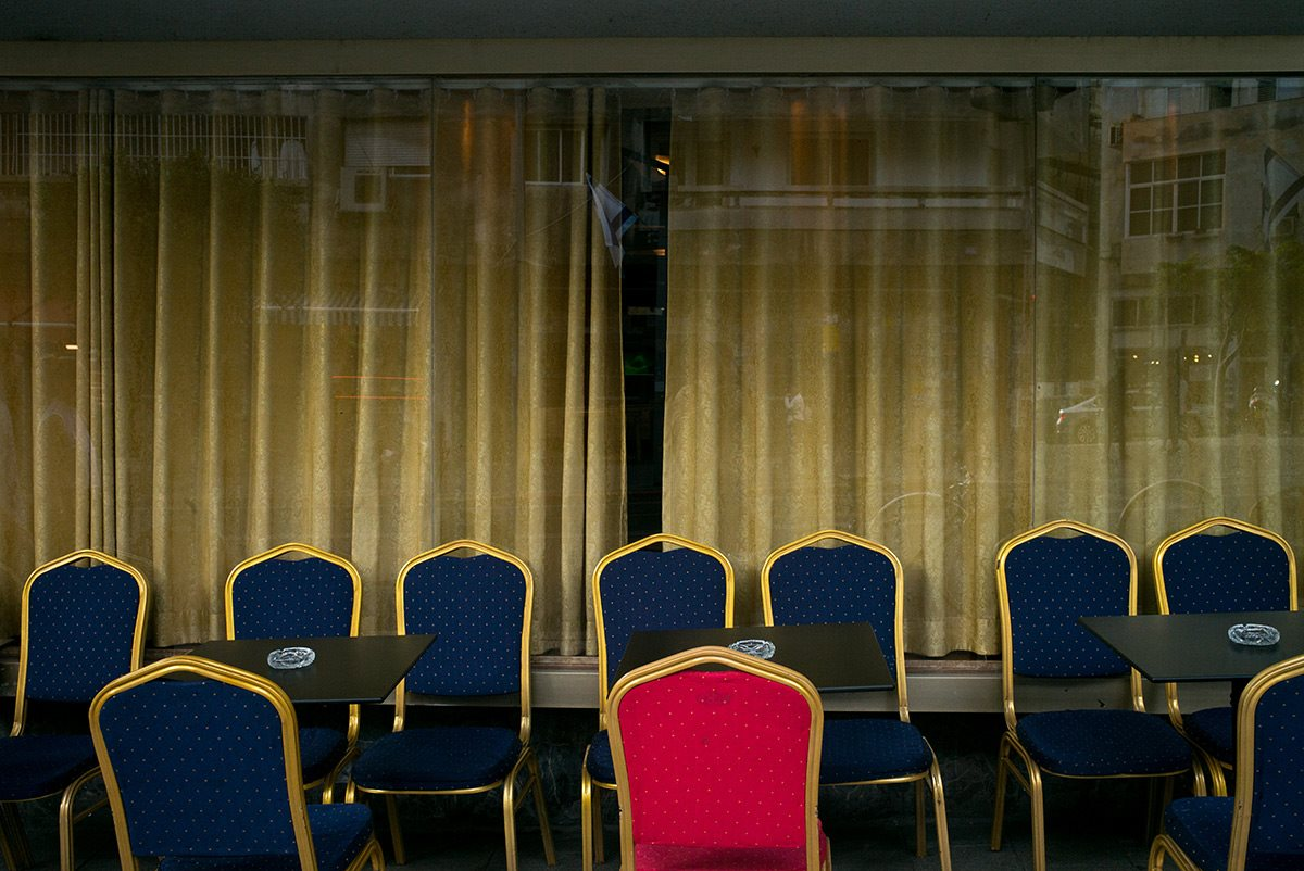 כיסאות באמצע היום - דויד סקורי