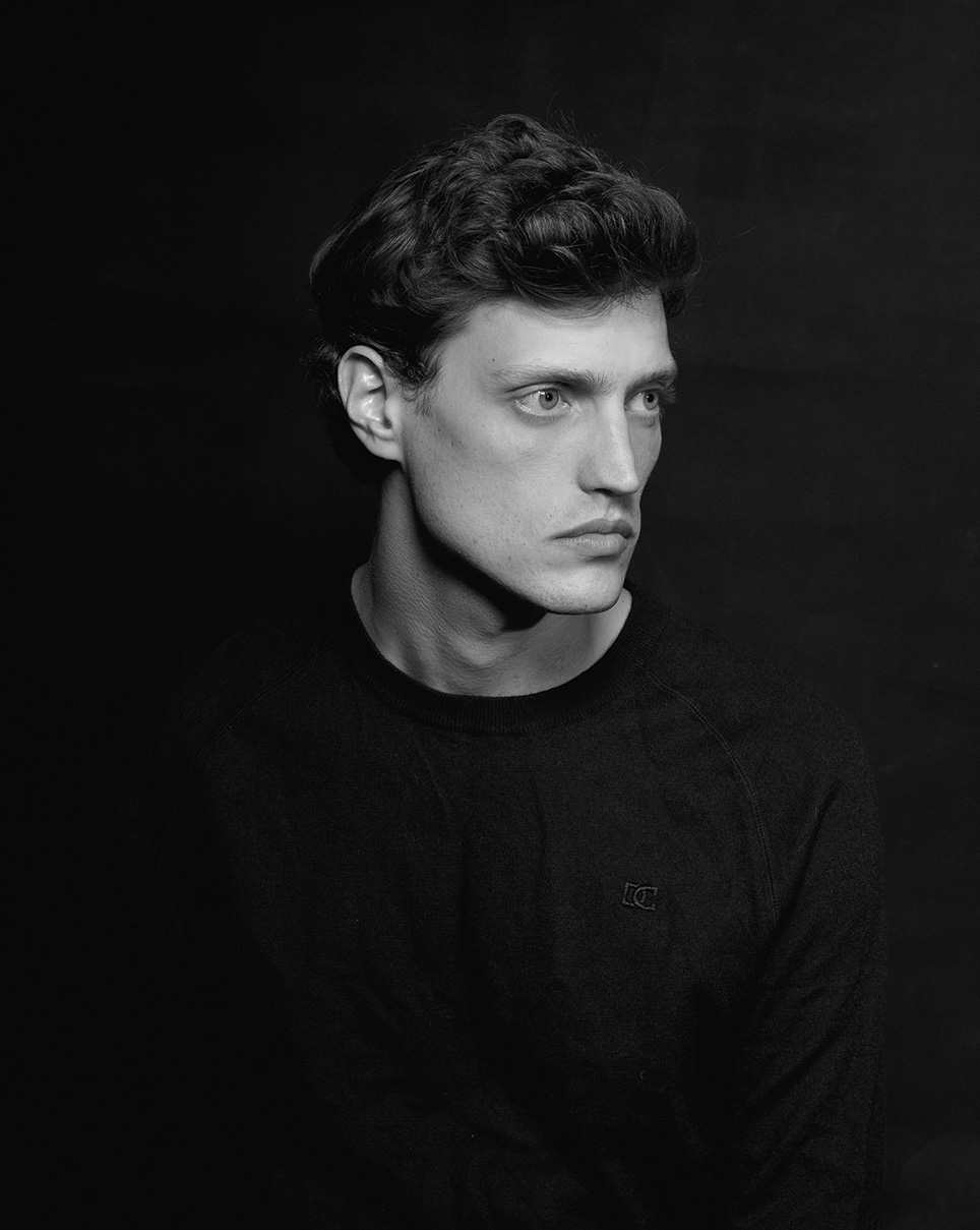 בוק שחקן, תמונת פורטרט בשחור לבן, תמונת פרופיל מקצועית בסטודיו בתל אביבי, צילום פורטרט בסגנון אישי