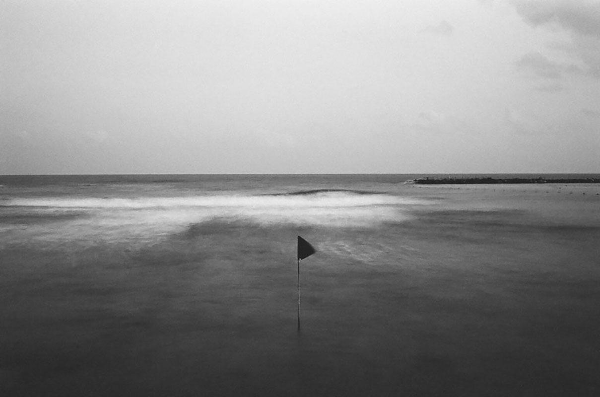 דוד סקורי - צילום דגל שחור בבוקר חורפי