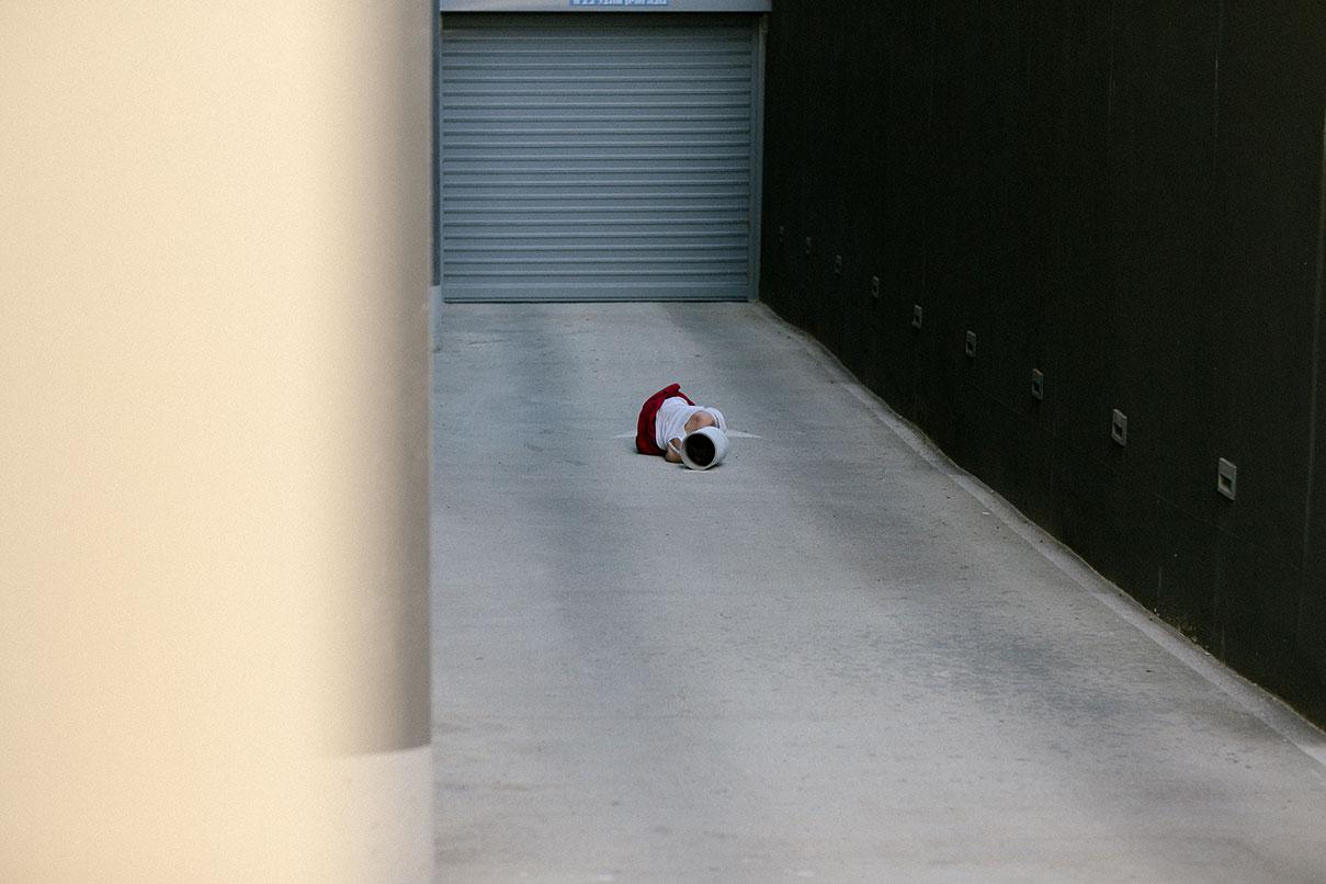 דויד סקורי - צילום נערה בחניון